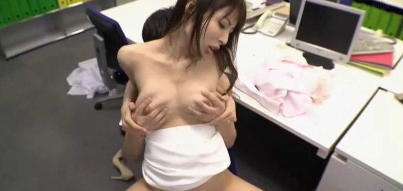 桜井彩 職員室でこっそりフェラで誘惑してくる巨乳女教師www サムネイル画像