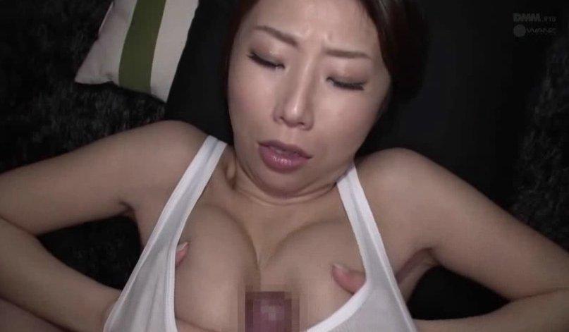 おっぱいに挟んで抜きまくる巨乳な痴女とパイズリ三昧!! サムネイル画像