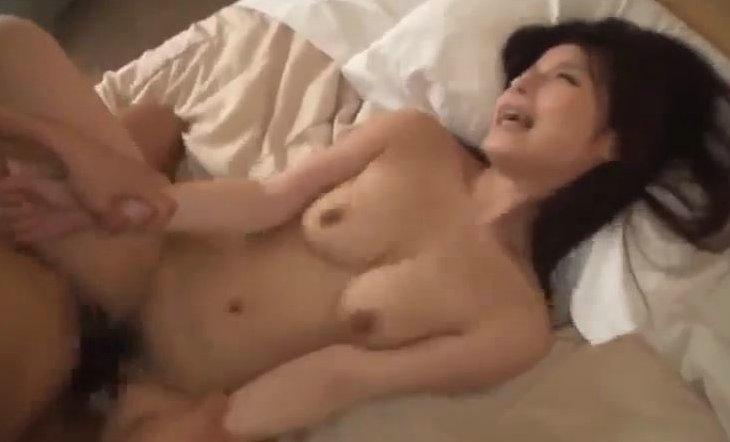 栞菜まなみ 恥ずかしがりな巨乳お姉さんを下から突くのエロいww サムネイル画像