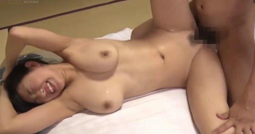桐谷まつり 巨乳美女と旅館の部屋で3P中出し…! サムネイル画像