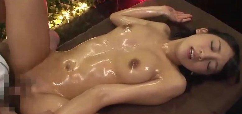 辻本杏 黒髪美少女がオイルマッサージで性感帯を開発されるww サムネイル画像