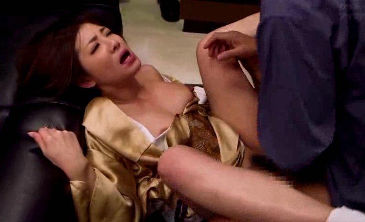 因縁のあるヤクザに責任をとるため屈辱的に犯される組長の女 サムネイル画像