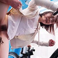 『渡辺まお アクメ自転車でバックから激ピストンされてイキまくるスレンダー宅配女子ww』の紹介画像