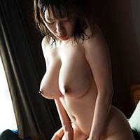 『鷲尾めい 隣の巨乳奥さんに誘惑されて汗だくセックス!!』の紹介画像