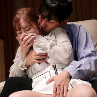 女性のための動画'酔って眠っている旦那の横で幼馴染の潤くんに、胸を揉まれ手マンとクンニの同時責めをされちゃう人妻。の紹介サムネイル画像'
