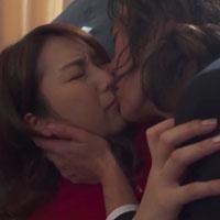 女性のための動画'セールスマンの彼に無理やりソファに押し倒されて強引にキスをされ、必死で抵抗しているのに感じちゃう人妻。の紹介サムネイル画像'