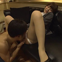 女性のための動画「スーツのままパンツだけをずらされ、執拗にクンニされた彼女は顔を歪ませながら感じちゃう!」のサムネイル画像