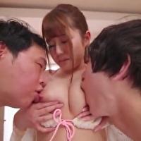 マシュマロ美乳の女の子が二人の男子と複数プレイ!交互に挿入されて激しく感じちゃう - イメージ画像