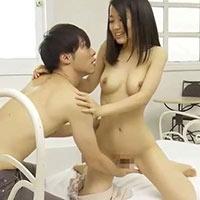 「舐めるとこ見ててね。」恥ずかしがり屋の女の子を鈴木一徹くんが優しくリード