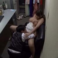 キャバクラのボーイに裏で迫られ、強引にエッチされちゃう断りきれない押しに弱い巨乳な女の子