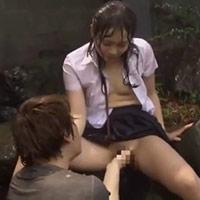 雨宿りしている女の子に優しく声を掛けるも濡れた制服姿に理性が飛んでしまい犯しちゃうゆうきくん