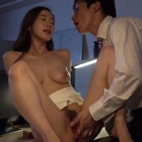 憧れの女上司が不倫してると知って脅迫して関係に持ち込む矢野君。深夜のオフィスで繰り広げられる背徳感いっぱいの禁断のセックス。 - イメージ画像
